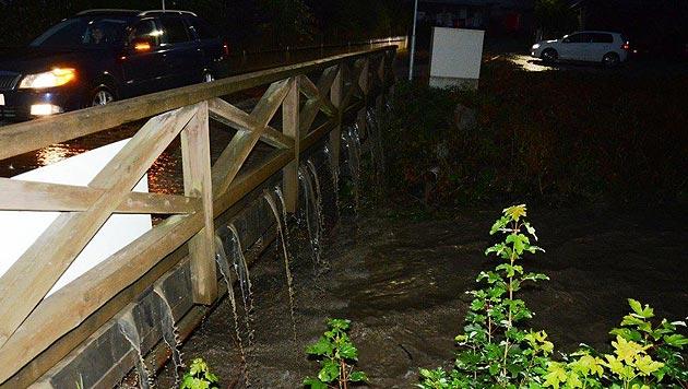 Diese Brücke in der Ramsau wurde von den Wassermassen überspült. (Bild: Einsatzdoku.at)