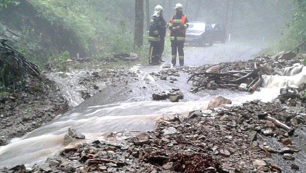 Sicherungsmaßnahmen an einer überfluteten Straße im Gemeindegebiet Deutschfeistritz (Stmk). (Bild: APA/DIETMAR JANTSCHER (FF DEUTSCHFEISTRITZ))