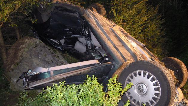 Das Unfallauto krachte auch gegen einen Felsen. (Bild: APA/ROTES KREUZ MARIAZELLERLAND/ B.L)