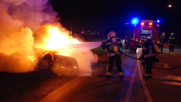 Auto fängt Feuer: Lenker knapp entkommen (Bild: Herbert Wimmer/Pressestelle BFK Mödling)