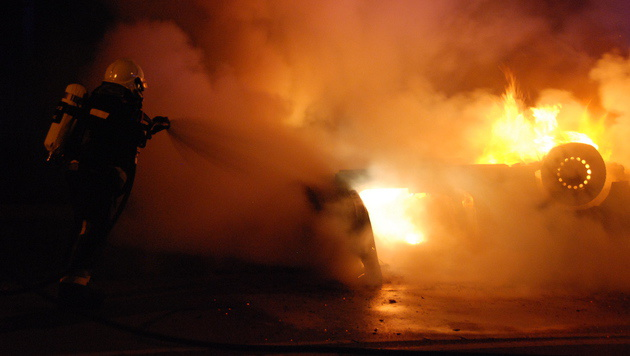 Beim Eintreffen der Feuerwehr stand das Fahrzeug in Vollbrand. (Bild: Herbert Wimmer/Pressestelle BFK Mödling)