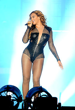 Beyonce steht im schwarzen Leder-Bodysuit auf der Bühne. (Bild: Photo by Frank Micelotta/Invision for Parkwood Entertainment/AP)
