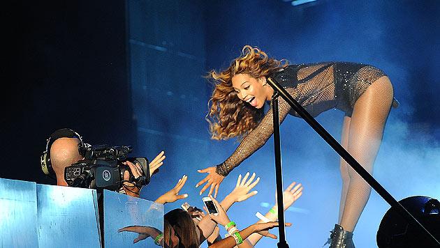 Beyonce reicht Fans während ihres Konzertes in Los Angeles die Hand. (Bild: Photo by Frank Micelotta/Invision for Parkwood Entertainment/AP)