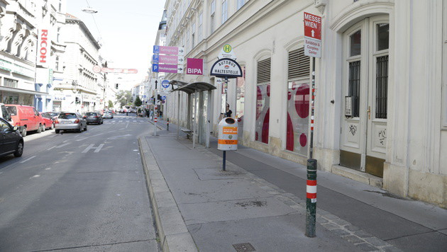 Bei dieser Haltestelle in der Burggasse in Wien-Neubau ereigneten sich die dramatischen Szenen. (Bild: Klemens Groh)