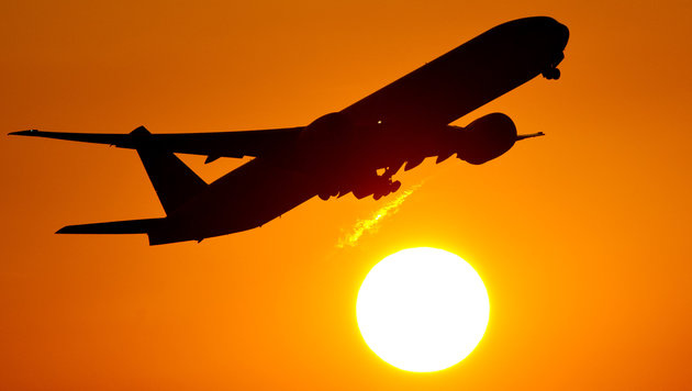 Passagier repariert vor Start defektes Flugzeug (Bild: dpa/Daniel Reinhardt)