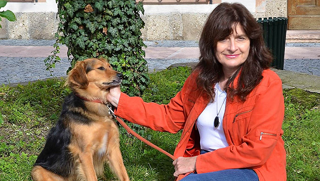 """Tierschützerin Renate Grell und ihr """"Timo"""", das Maskottchen von Animal Care International. (Bild: privat)"""