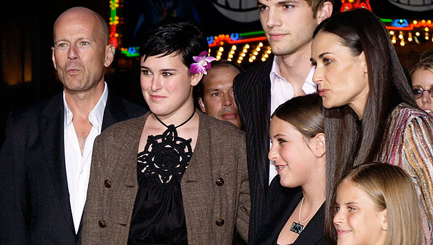 Bruce Willis, Rumer Willis, Ashton Kutcher, Scout Willis, Demi Moore und Tallulah Willis 2003. (Bild: AP Photo/Chris Weeks)