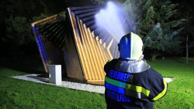 """Die Flammen fügten dem """"Framed Pavillion"""" so schwere Schäden zu, dass er nun abgerissen werden muss. (Bild: FF Apfelberg/Thomas Zeiler)"""