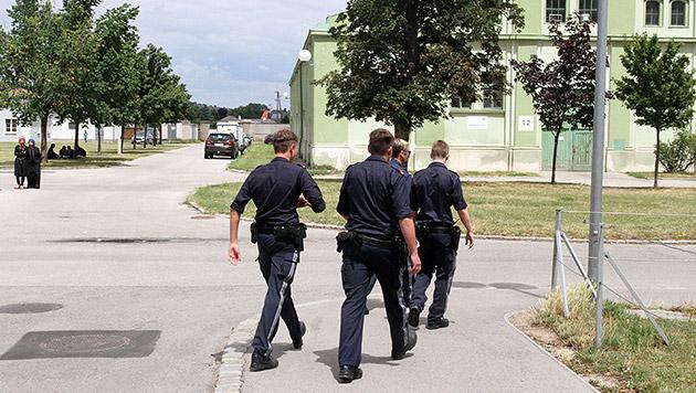 Polizisten im Asylzentrum Traiskirchen (Bild: Andi Schiel)