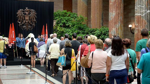 Abschiednehmen von Barbara Prammer im Parlament (Bild: APA/ROLAND SCHLAGER)