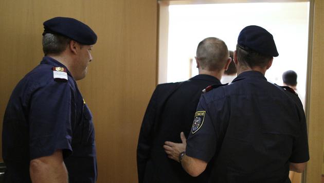 Der Bankräuber wird nach seiner Verurteilung abgeführt. (Bild: APA/GEORG HOCHMUTH)
