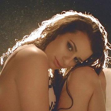 Die Schauspielerin ist auf Instagram sehr aktiv und erfreut ihre Fans immer wieder mit sexy Fotos.