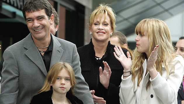 Dakota Johnson mit ihrer Mutter Melanie Griffith und ihrem ehemaligen Stiefvater Antonio Banderas (Bild: UPI)