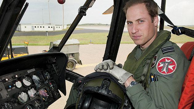 Prinz William steigt wieder in den Hubschrauber. (Bild: AP Photo/SAC Faye Storer)