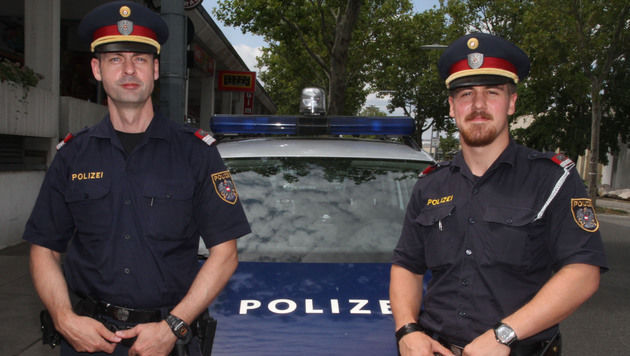Diese beiden Polizisten stoppten einen  Bankräuber, der nach dem Coup mit dem Taxi flüchten wollte. (Bild: ANDI SCHIEL)