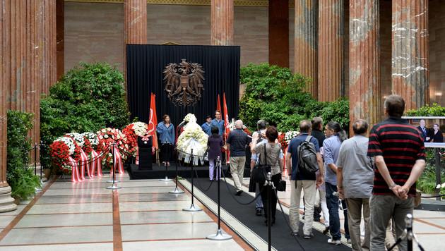 5.000 Menschen nahmen am Sarg Abschied von Prammer (Bild: APA/ROLAND SCHLAGER)