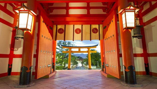 Japan: Die Geräuschprinzessin und der Wackeldackel (Bild: EPA)