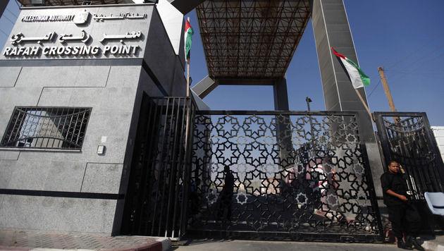 Familie Shurrab wurde durch den gesperrten Grenzübergang Rafah geschleust. (Bild: AP)
