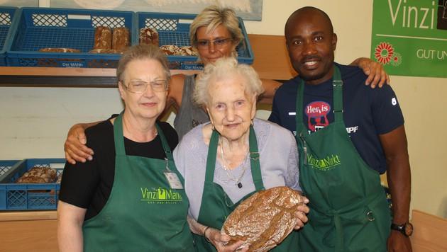 Die liebenswürdige Sissi hilft mit 90 Jahren im VinziMarkt aus. (Bild: VinziMarkt)