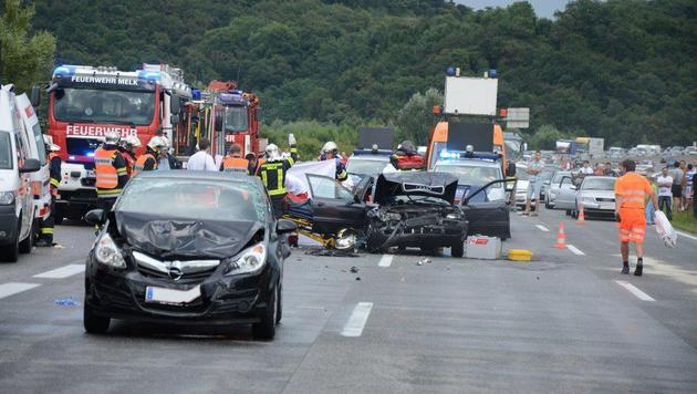 Bei der Karambolage auf der Westautobahn wurden sieben Menschen verletzt. (Bild: Einsatzdoku.at)