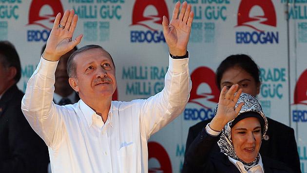 Der frischgebackene türkische Präsident Recep Tayyip Erdogan mit seiner Gattin Emine (Bild: AP)