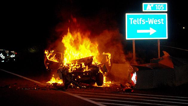 Der Wagen ging nach dem Unfall sofort in Flammen auf. (Bild: APA/ZEITUNGSFOTO.AT/LIEBL DANIEL)