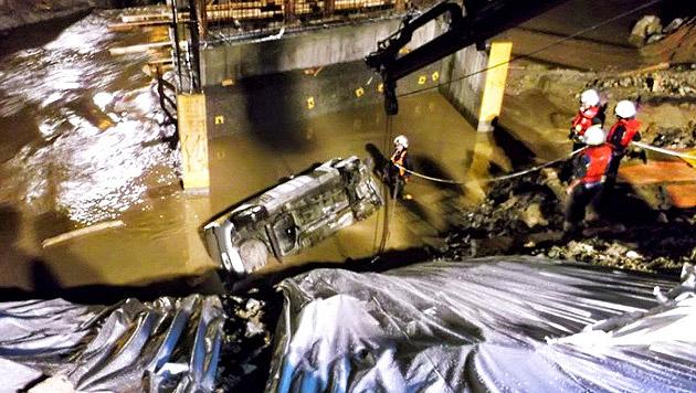 Das Auto stürzte rund zehn Meter in die Tiefe und landete im Ilzbach. (Bild: APA/FF SINABELKIRCHEN)