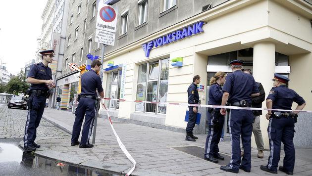 Diese Bankfiliale wurde am Dienstagnachmittag in Wien überfallen. (Bild: APA/GEORG HOCHMUTH)