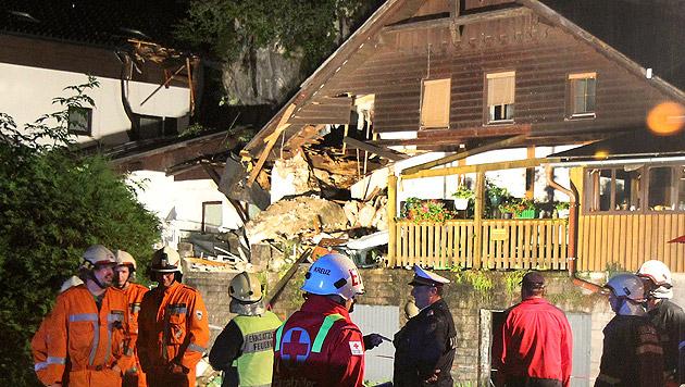 Erst Felssturz auf Haus, dann brannte das Auto aus (Bild: APA/SALZI.AT/PHILIPP WIATSCHKA)
