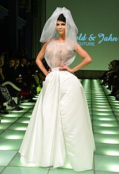 Als gar nicht so züchtige Braut schritt Micaela Schäfer schon über den Laufsteg. (Bild: EPA)