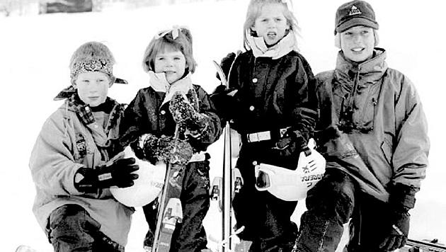 Prinz Harry mit seinen Cousinen Euegenie und Beatrice sowie Prinz William (Bild: Ruben Sprich/EPA/picturedesk.com)