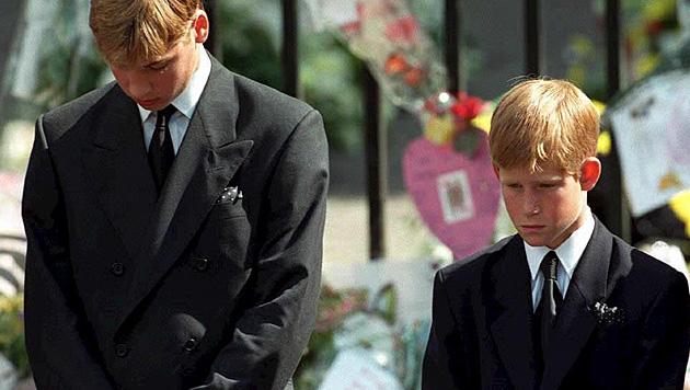 Der wohl schwerste Gang für die Prinzen William und Harry: beim Begräbnis von Prinzessin Diana. (Bild: Adam Butler/EPA/picturedesk.com)