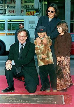 Robin Williams 1998 mit seiner zweiten Frau Marsha und den Kindern Cody und Zelda (Bild: AP)