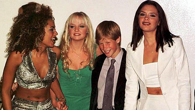 Schon früh umgab sich Harry gern mit feschen Frauen - hier mit den Spice Girls. (Bild: John Stillwell/EPA/picturedesk.com)