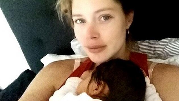 """Doutzen Kroes zeigt das erste Bild ihrer Tochter und schreibt dazu:""""Das schönste Gefühl der Welt."""" (Bild: instagram.com/doutzen)"""