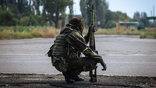 Ukrainischer Soldat in der Nähe von Donezk (Bild: APA/EPA/ROMAN PILIPEY)
