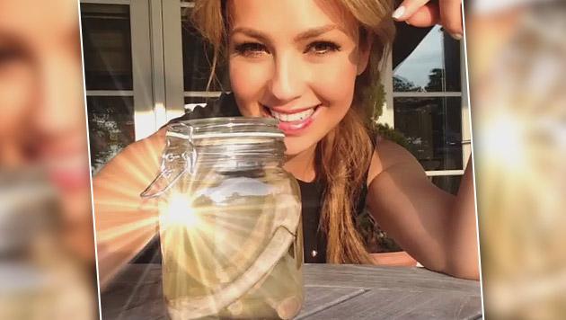 Es wird gerätselt, ob Thalia sich Rippen entfernen hat lassen, um dünner zu sein. Sind sie im Glas? (Bild: instagram.com)