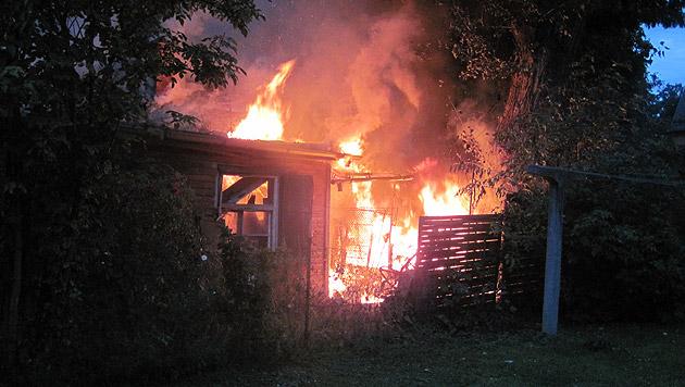 Beim Eintreffen der Einsatzkräfte stand das Holzhaus bereits in Vollbrand. (Bild: BF Graz)