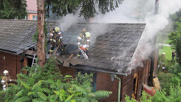 Mit Kettensägen öffneten die Helfer das Dach des Hauses. (Bild: BF Graz)