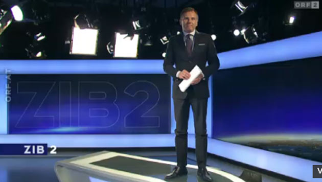 """Auch Armin Wolf stellte sich aus Respekt vor Robin Williams auf seinen Studio-Tisch der """"ZiB 2"""". (Bild: ORF)"""
