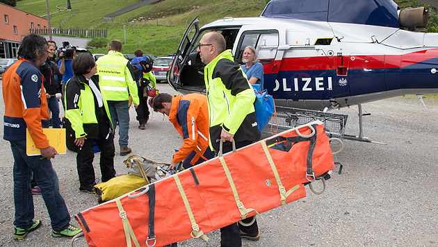 Die Einsatzkräfte bereiten die Rettungsaktion vor. (Bild: APA/NEUMAYR/MMV)
