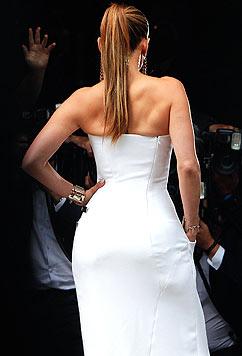 Jennifer Lopez achtet bei ihrer Kleiderwahl penibel darauf, auch von hinten zu entzücken. (Bild: AP/Thibault Camus)