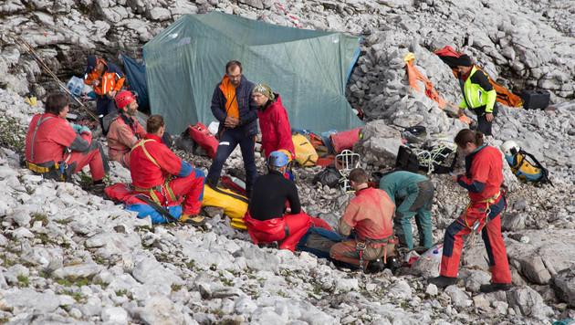 Über 70 Helfer sind an der Rettungsaktion beteiligt. (Bild: APA/NEUMAYR/MMV)