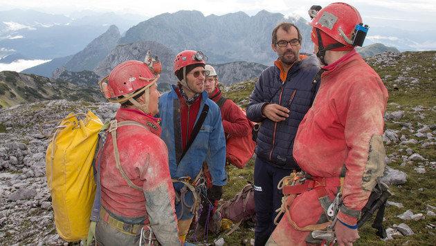 Einsatzkräfte am Einstieg der Höhle (Bild: APA/NEUMAYR/MMV)