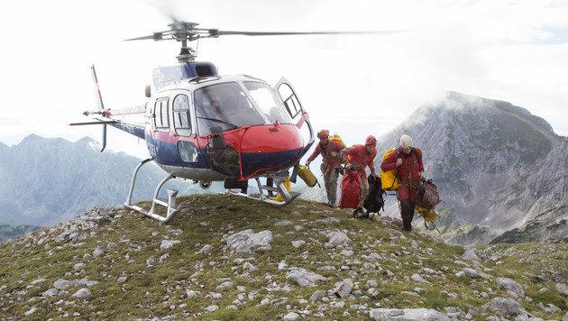 Der Helikopter bringt Helfer und Material ins Tennengebirge. (Bild: APA/NEUMAYR/MMV)