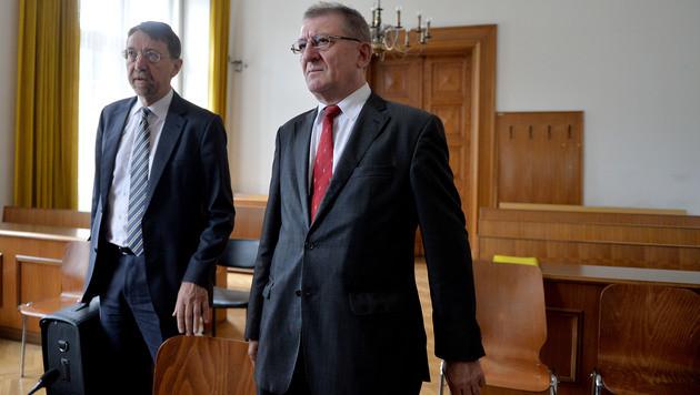 Der ehemalige Salzburger Landesrat Walter Blachfellner (re.) und sein Anwalt Leopold Hirsch. (Bild: APA/BARBARA GINDL)