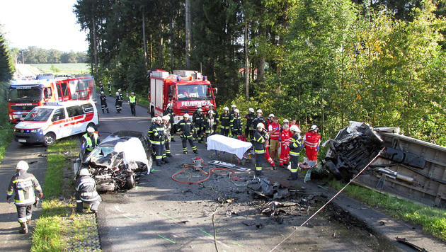 Auto und Lieferwagen krachten auf der B76 frontal gegeneinander. (Bild: APA/FF RETTENBACH/GERHARD JÖBSTL)