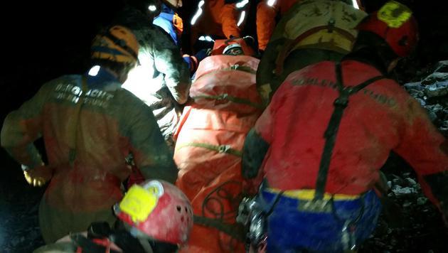 Die Helfer tragen den Verletzten zum Helikopter. (Bild: APA/BERGRETTUNG SALZBURG/SCHARTNER)