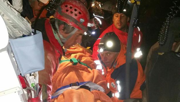 Der Verletzte wird in den Bundesheer-Helikopter gehievt und anschließend ins Spital geflogen. (Bild: APA/BERGRETTUNG SALZBURG/SCHARTNER)