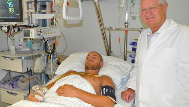 Marek Gizowsky und sein Arzt, Primar Herbert Resch, im Salzburger Krankenhaus (Bild: APA/SALK/WEINBERGER/SALK/WEINBERGER)